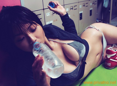Japanka pije vodu